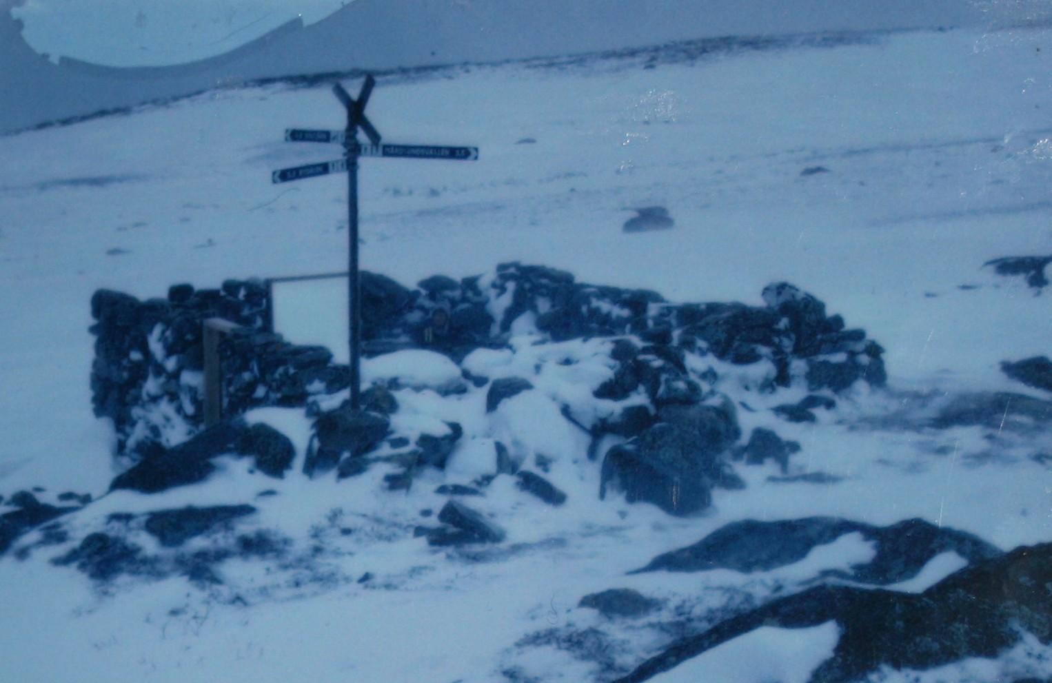 Stenhyddan i ruiner vinter